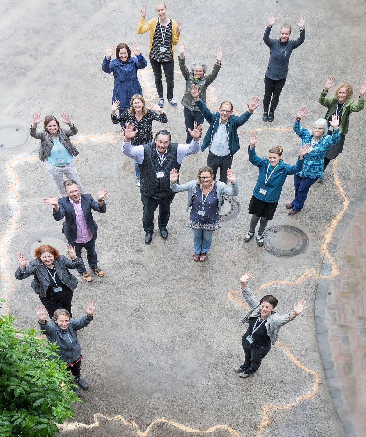 16 Vertreter von Bildungszentren auf einer Deutschlandkarte